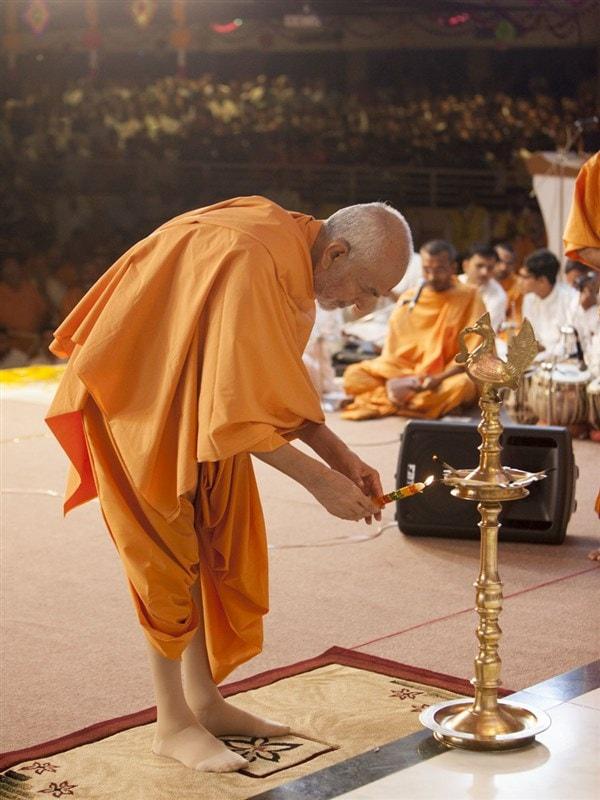 Param Pujya Mahant Swami Maharaj lights the inaugural lamp