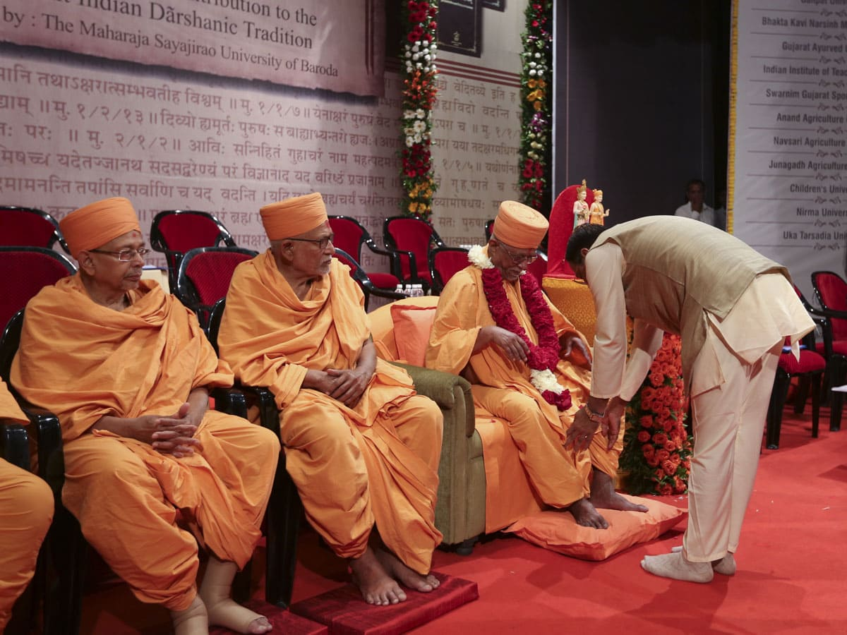 Dr. Parimal Vyas welcomes Pujya Swayamprakash Swami (Doctor Swami) and senior sadhus with garlands