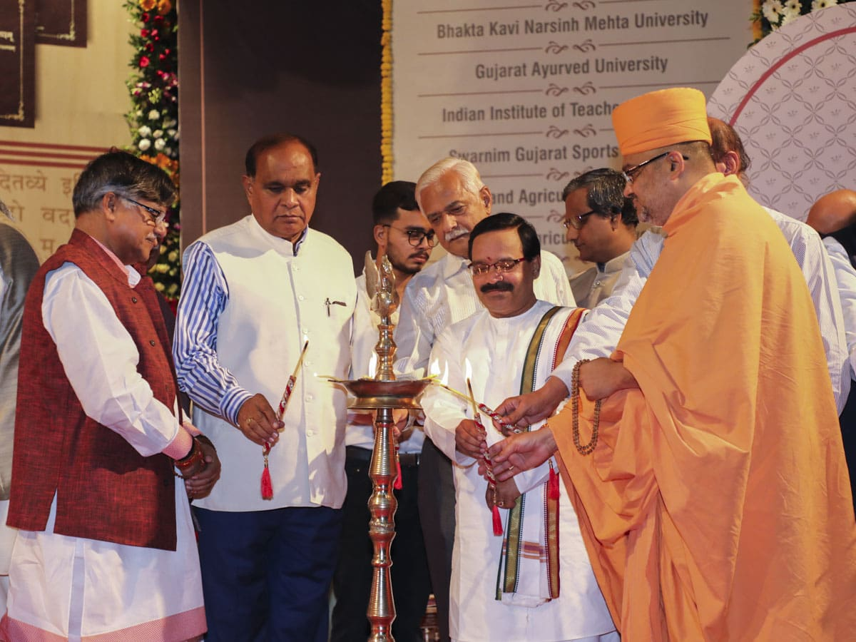 Bhadresh Swami and dignitaries light the inaugural lamps