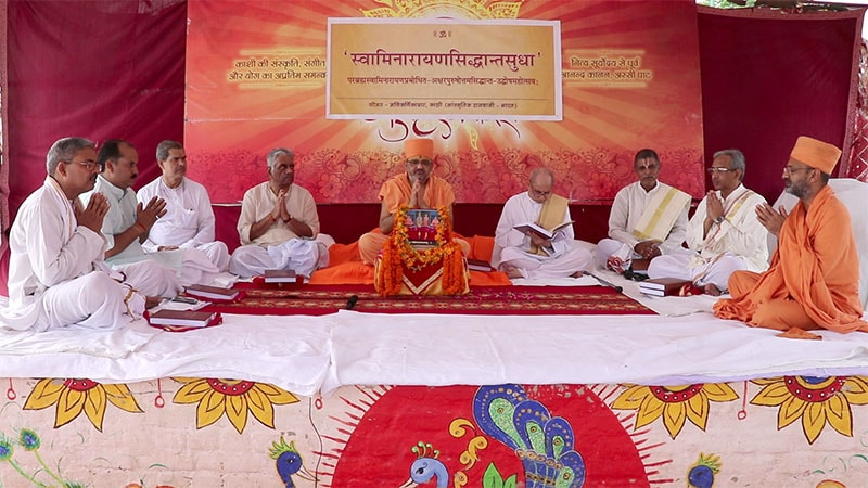Scholars perform manglacharan to commence Sadhu Bhadreshdas Swami's discourse