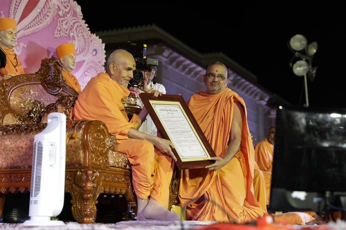 HH Mahant Swami Maharaj sanctifies the Swaminarayana-Siddhanta-Sudha recognition letter given by the Śrī Kāśī Vidvat Pariṣad to Mahāmahopādyāya Pujya Bhadreshdas Swami