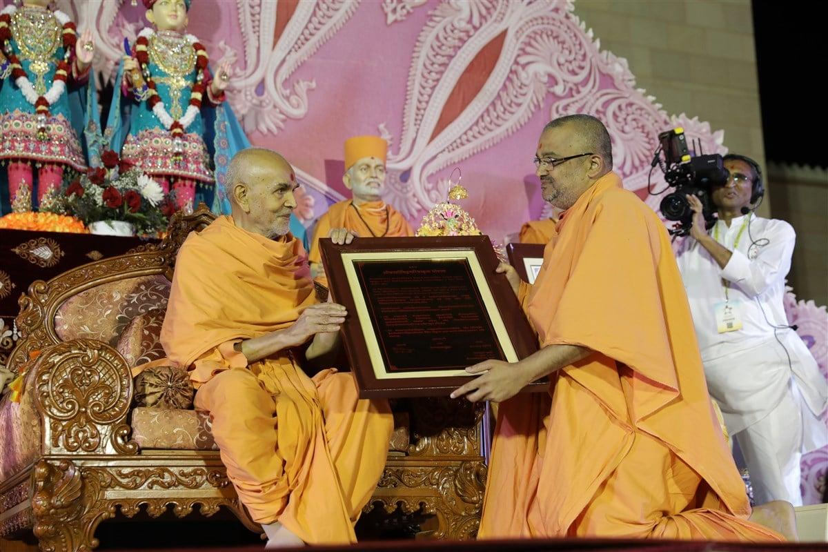 HH Mahant Swami Maharaj sanctifies the Swaminarayana-Siddhanta-Sudha recognition letter