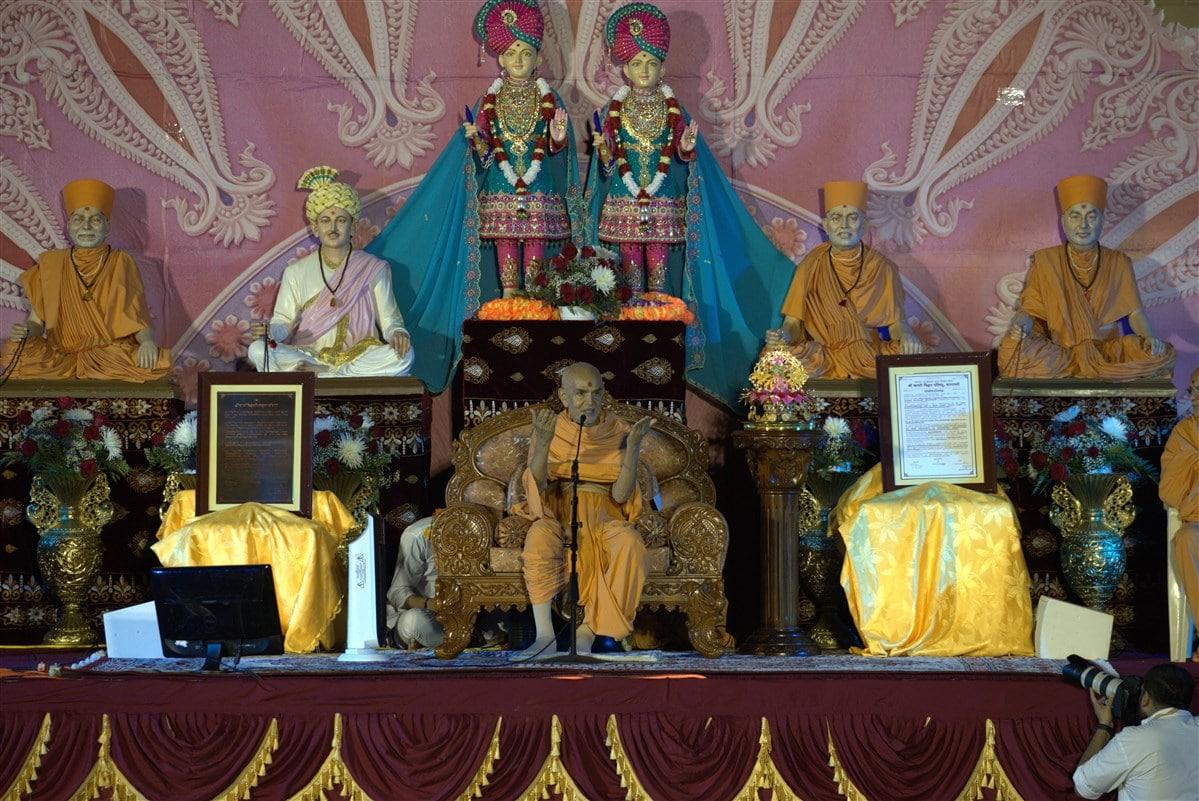 HH Mahant Swami Maharaj proclaims Svāminārāyaṇa's Vedanta as the Akṣara-Puruṣottama Darśana.