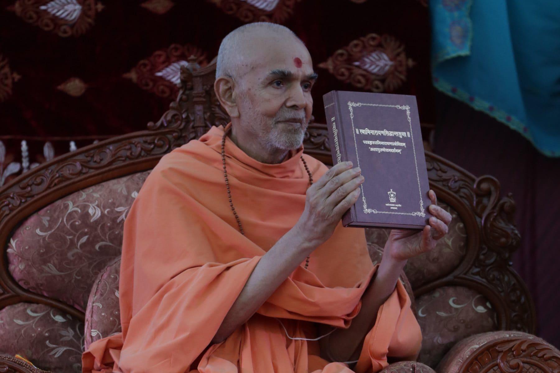 HH Mahant Swami Maharaj inaugurates Swaminarayana-Siddhanta-Sudha – a vādagrantha written by Mahāmahopādyāya Pujya Bhadreshdas Swami