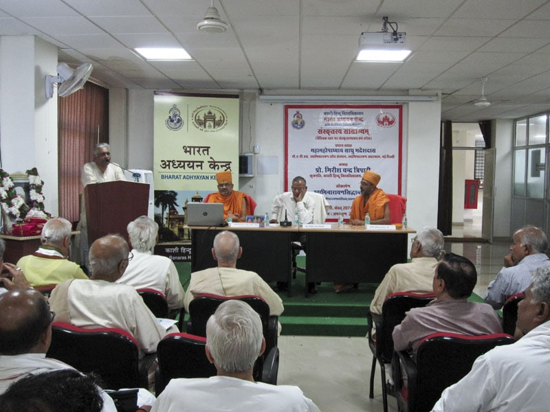 Professor Yugal Kishor Mishraji extolling the text authored by Sadhu Bhadreshdas Swami