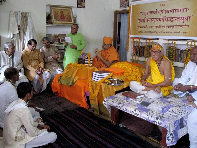 Committee members of Śrī Kāśī Vidvat Parisad gather for the acclamation of the text 'Swaminarayansiddhantasudha' – Parabrahma Svāminārāyaṇa Prabhodhitam Akṣara-Puruṣottama Darśanam