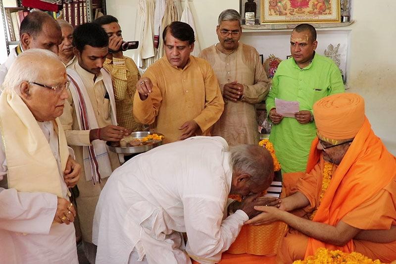 Vice President of Śrī Kāśī Vidvat Parisad, Mahamahopadhyaya Shri Vashishta Tripathiji offer respect to Sadhu Bhadreshdas Swami