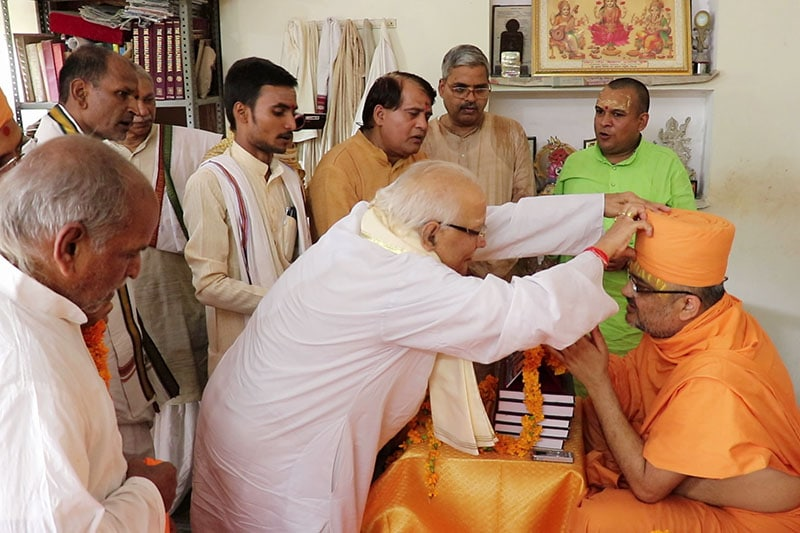 Maha-Mantri of Śrī Kāśī Vidvat Parisad, Mahamahopadhyaya Shri Shivji Upadhyaya offers respects to Sadhu Bhadreshdas Swami