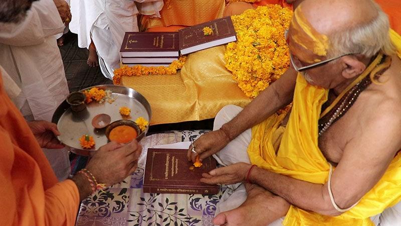 President of Śrī Kāśī Vidvat Parisad, Mahamahopadhyaya Ramyatna Shuklaji venerates the text