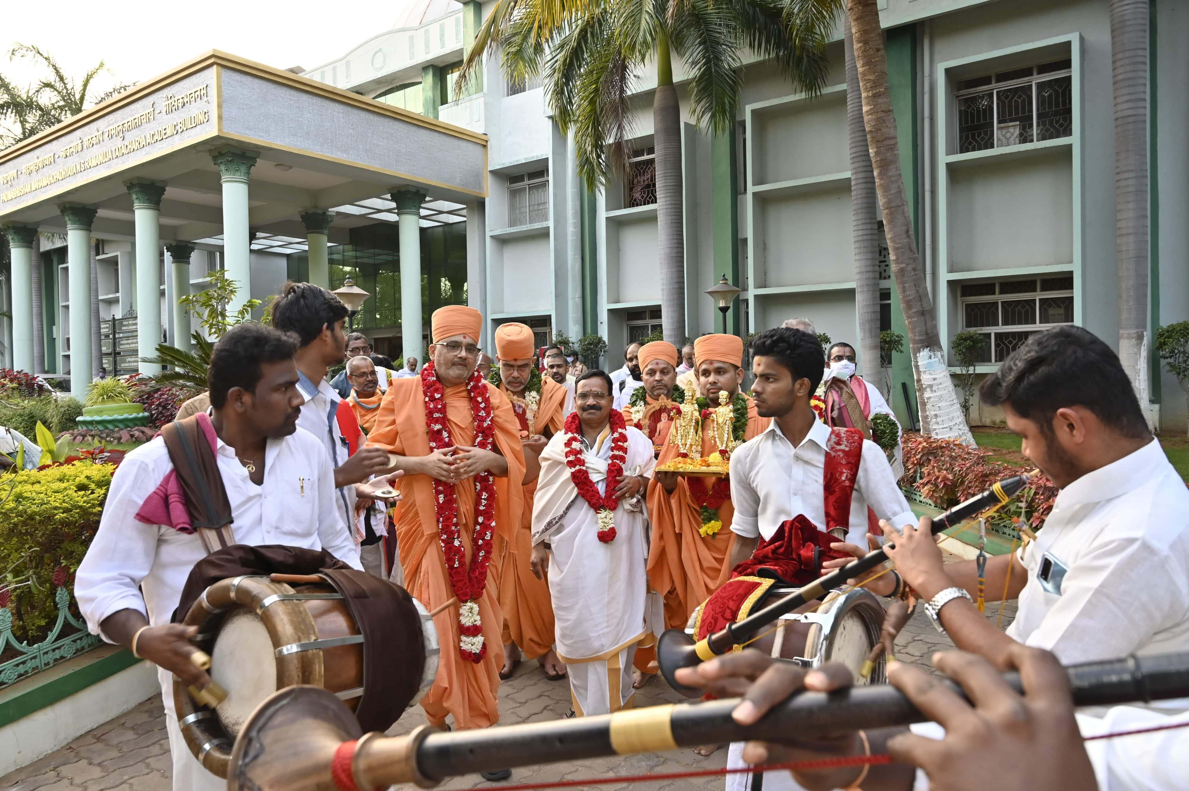 Procession Welcoming the Akṣara-Puruṣottama Darśana