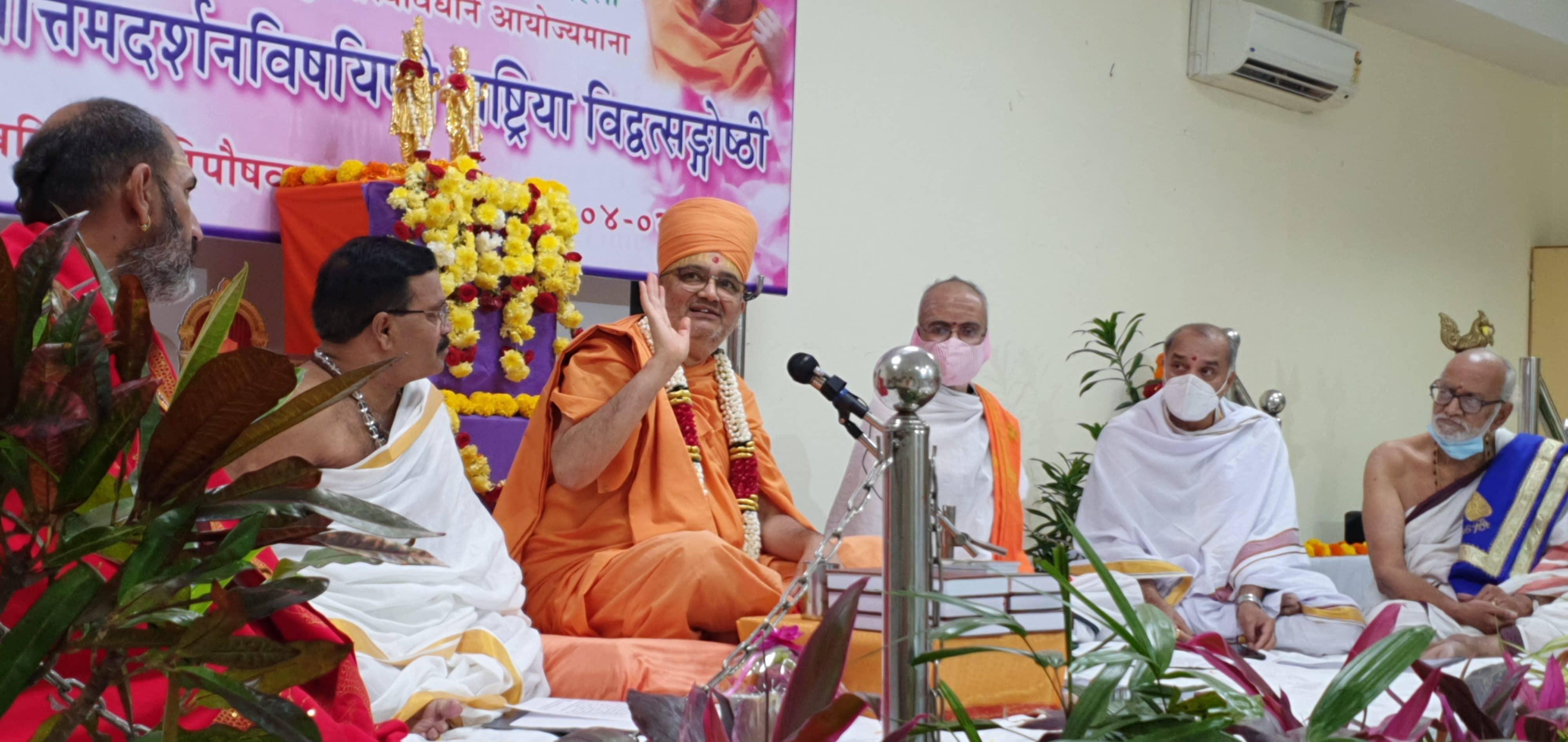 Mahāmahopādhyāya Bhadreshdas Swami addressing the Rāṣṭriyā Vidvatsaṅgoṣṭhī